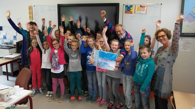 Leerlingen Het Koloriet overhandigen cheque aan Voedselbank