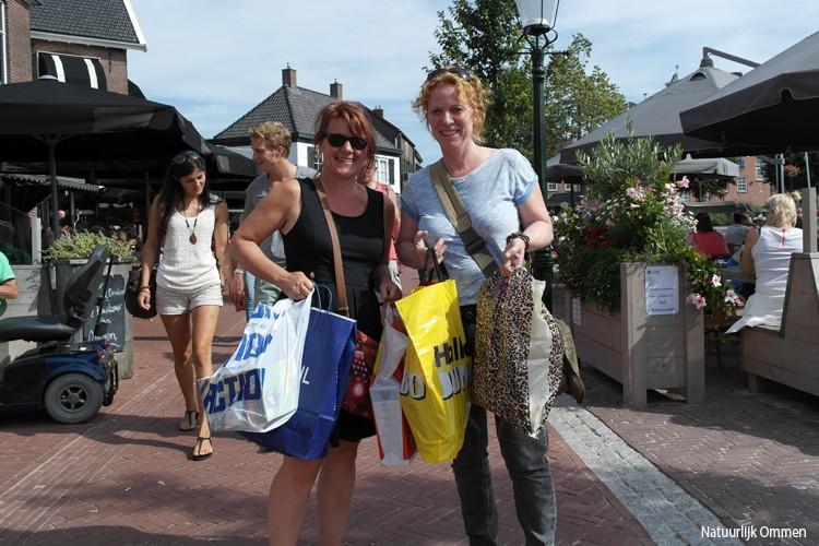 Volle tassen en terrassen op derde koopzondag in Ommen