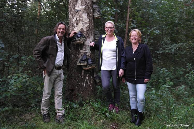 Anita en Nathalie op pad met Henk Ruiter in de bossen van Ommen