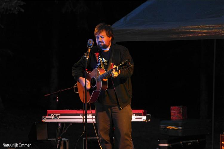 Tim Knol zingt, speelt en vertelt in Bostheater Ommen