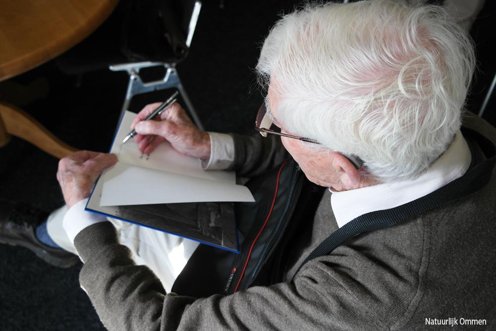 de-heer-Barendsen-signeert-boek-ibr-no