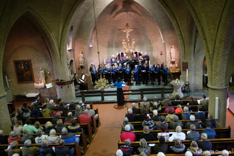 Zangkoor Excelsior maakt indruk in volle St. Brigitta Kerk in Ommen