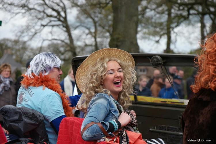 Veel kijkers tijdens de optocht in Ommen op Koningsdag 2016