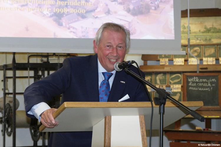 Lezing door oud-burgemeester Bernard Kobes vult zaal in Streekmuseum Ommen