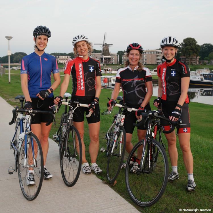 Dames van fietsgroep Stappenbelt uit Zwolle doen rondje Vechtdal