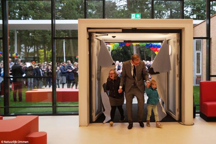 Leerlingen Boslust en burgemeester Boumans openen vernieuwd hoofdgebouw Boslust