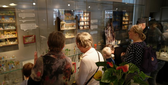 Bezoekers vermaken zich tijdens de herfstvakantie in het Tinnen Figuren Museum