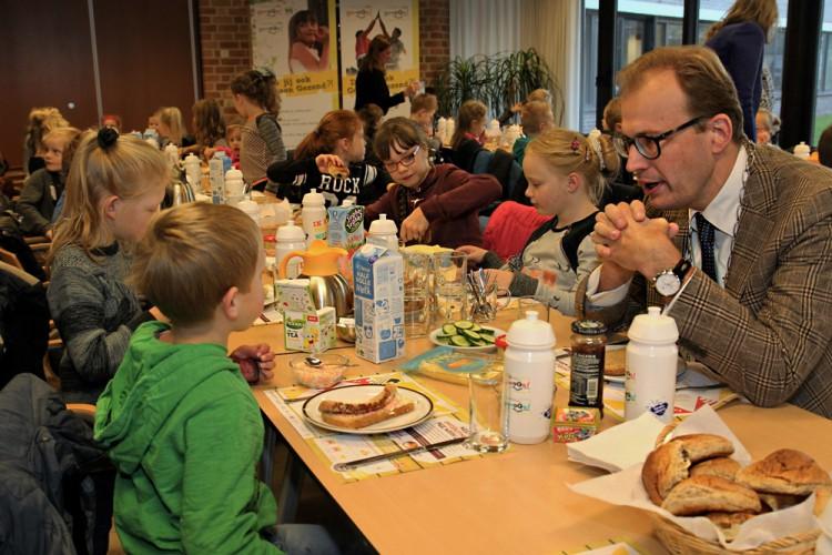Burgemeester Mark Boumans ontbijt met leerlingen van de Willibrordusschool uit Vilsteren