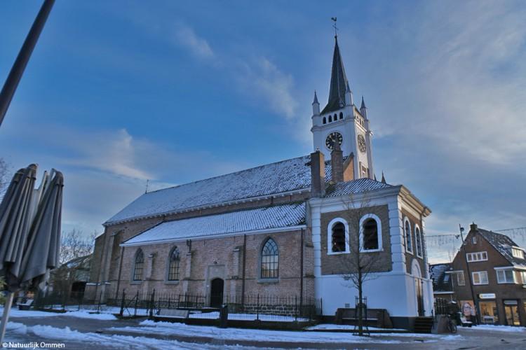 Hervormde Kerk in binnenstad Ommen met dun laagje wit bedekt