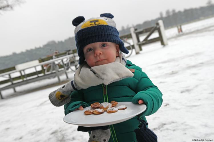 Jongste deelnemer Nieuwjaarswandeling Ommen 2017 geniet van poffertjes
