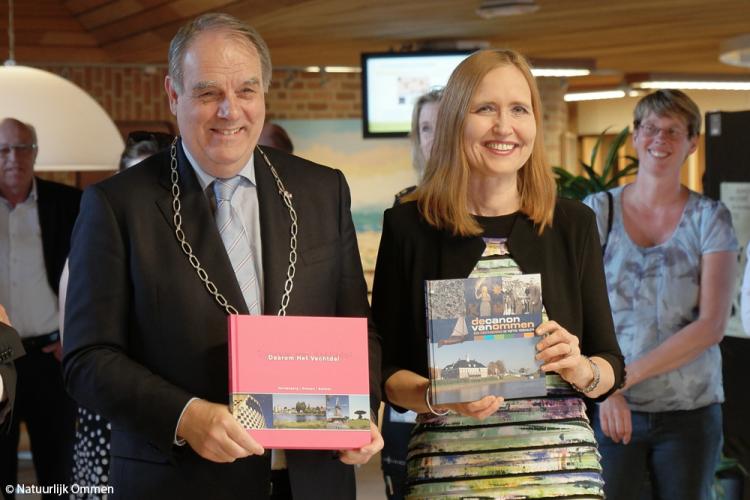 Inwoners Ommen ontmoeten en begroeten waarnemend burgemeester Bas Verkerk