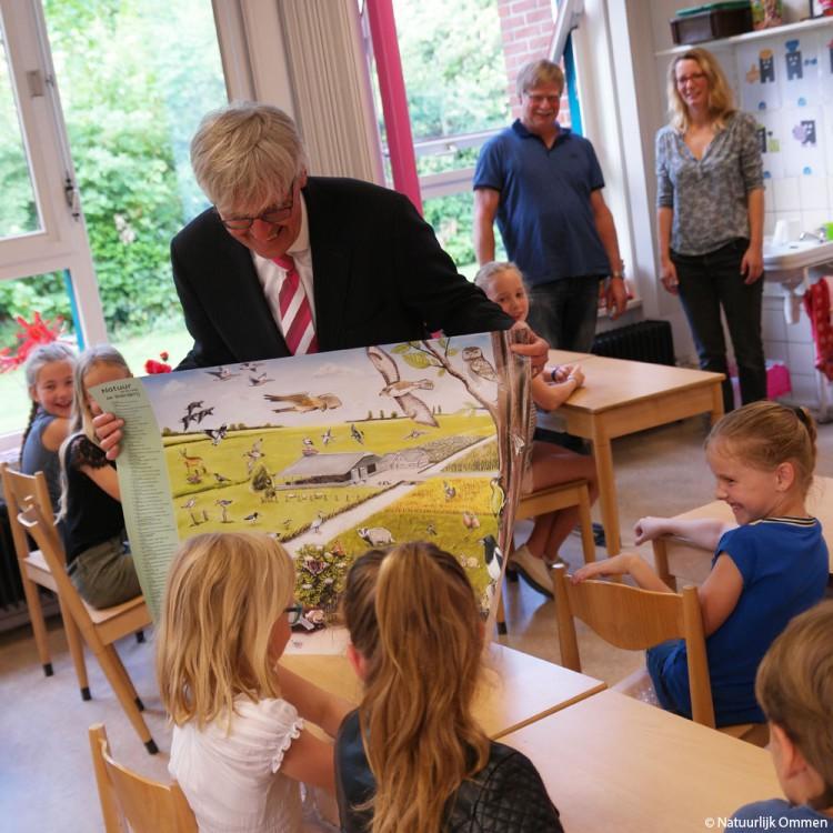 Sint Bernardus Ommen ontvangt eerste exemplaar poster 'Natuur op en rond de boerderij'