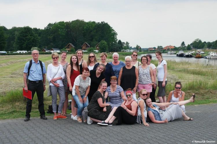 Werknemers van Promes Care uit Schoonebeek maken stadswandeling in Ommen