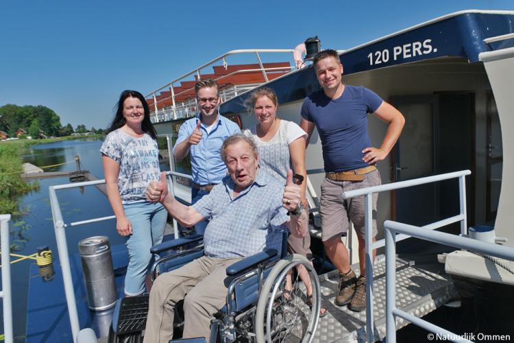 Zorgbehoevende ouderen maken gratis boottocht over de Vecht