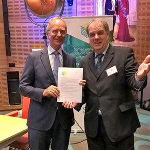 Burgemeester Verkerk tekent Retaildeal met minister Kamp