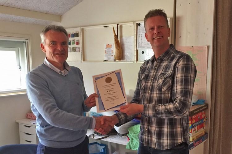 Stichting Vrienden van Zorgboerderij de Meulenhorst met een cheque verrast