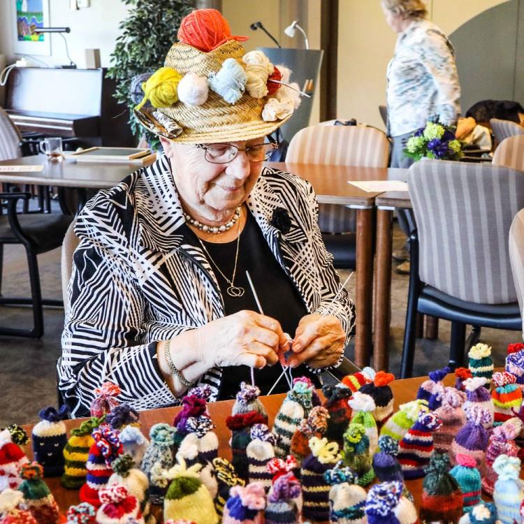 Wijksteunpunt 't Vlierhuis streeft naar 2017 mutsjes voor het ouderenfonds