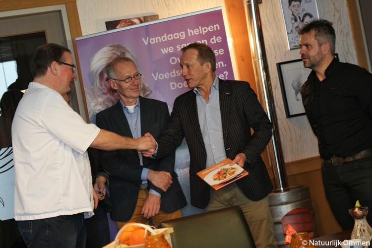 Vechtdalkok Johan Drenth steunt met kookboek 'Makkelijke Maaltijden' de actie 'Samen voor de Voedselbank'