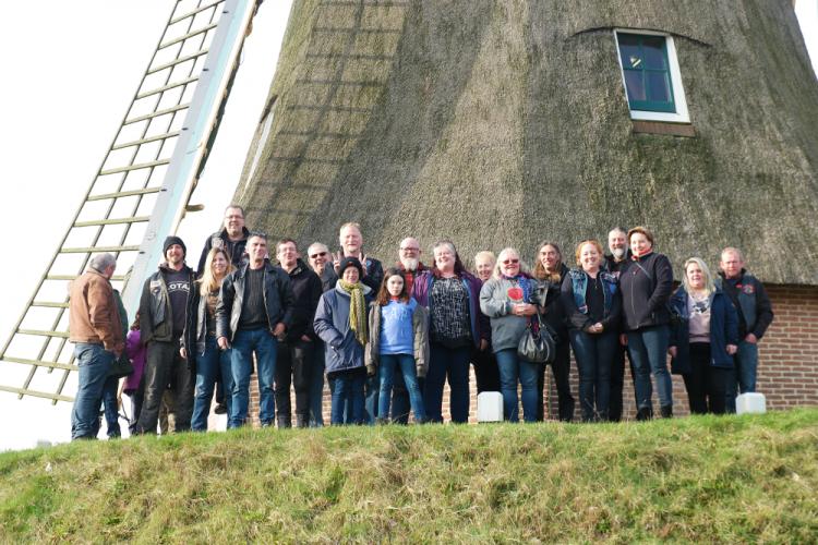 Toeristen uit Engeland, Ierland en Duitsland bezoeken het Bezoekerscentrum Ommen bij de Besthmenermolen