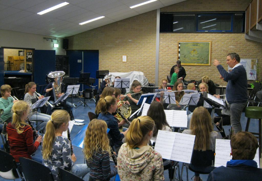 Jan Schoonhoven met de jeugd van Crescendo
