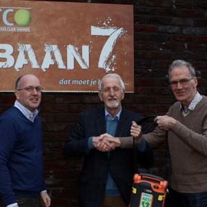 Voorzitter F.E. Baron Mulertstichting overhandigt AED aan Tennis Club Ommen (TCO)