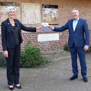 'Ommen in oorlog' verkrijgbaar; Eerste exemplaar voor burgemeester